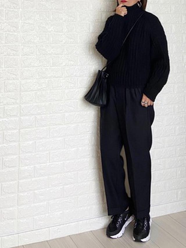 画像: 【H&M】リブニットハイネックセーター ¥2,999(税込) 【Lee】タック入り トラウザーパンツ ¥13,200(税込) 【NIKE】RYZ 365 ¥9,350(税込) 【Shelly island】プリーツキンチャクバッグ ¥2,970(税込) 出典:WEAR