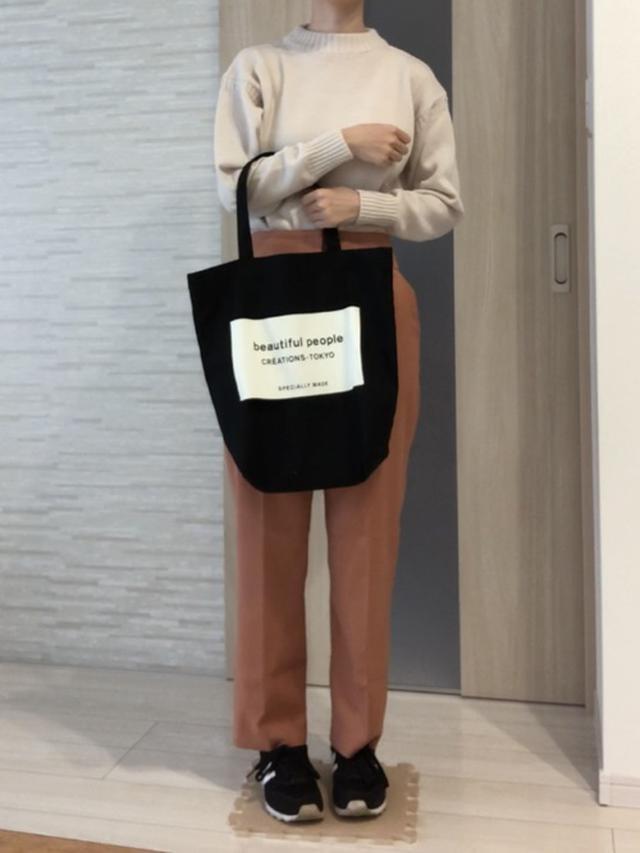 画像: 【ユニクロU】ミドルゲージモックネックセーター ¥4,389(税込) 【N.(N. Natural Beauty Basic)】ハイウエストセミテーパードパンツ ¥10,560(税込) 出典:WEAR
