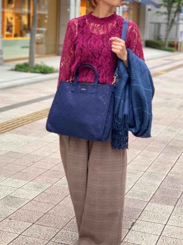 画像: 【Daily russet】モノグラムチェックストール ¥6,490(税込) スエード型押しトートバッグ ¥13,200(税込) 出典:WEAR
