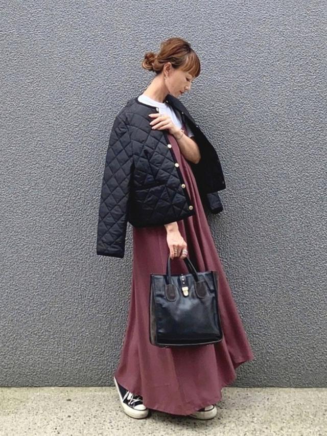 画像: 【ITEMS URBANRESEARCH】ワンピース¥6,490(税込)【Traditional Weatherwear】ダウンジャケット¥25,300(税込) wear.jp