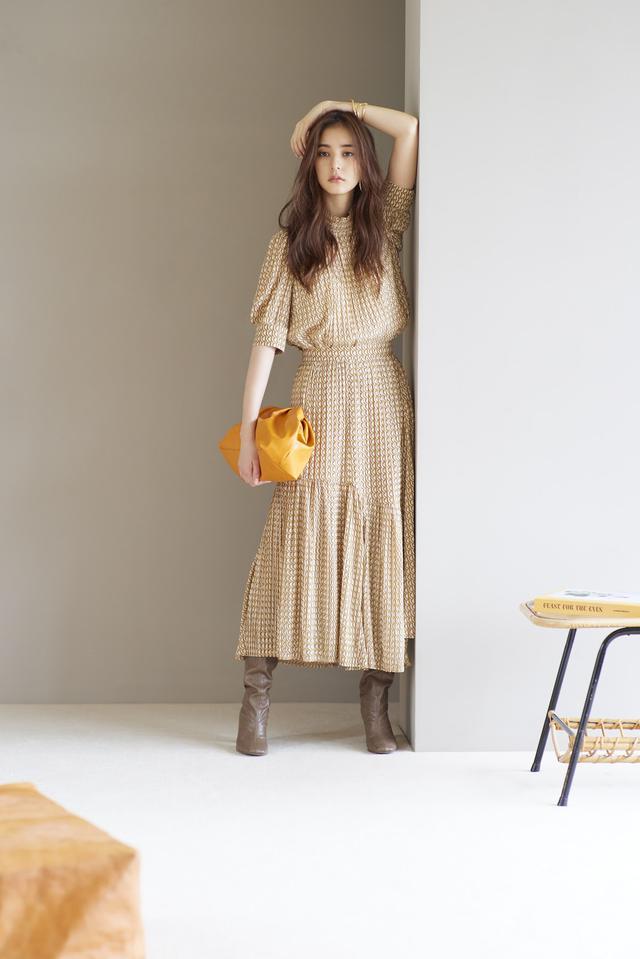 画像: Blouse/14,500(税抜) Skirt/13,500(税抜) Earring/3,800(税抜)Bracelet/6,000(税抜) Bag/12,000(税抜) Shoes/15,000(税抜)