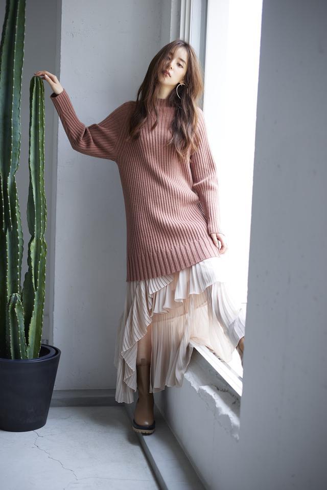 画像: Knit/11,000(税抜) Skirt/16,200(税抜) Earring/3,800yen(税抜) Shoes/21,000(税抜)