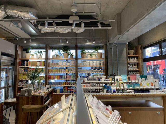 画像: 光溢れる店内の内装は、廃材などを使用してエコフレンドリー