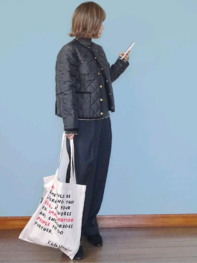 画像: 【Lee】タック入り トラウザーパンツ¥13,200(税込)【kipling】マイキースへリングトート¥5,940(税込)【Traditional Weatherwear】ノーカラージャケット平均価格¥25,300(税込)【SPINNS】メロウフリルハイネックカットソー¥1,320(税込) 出典:WEAR