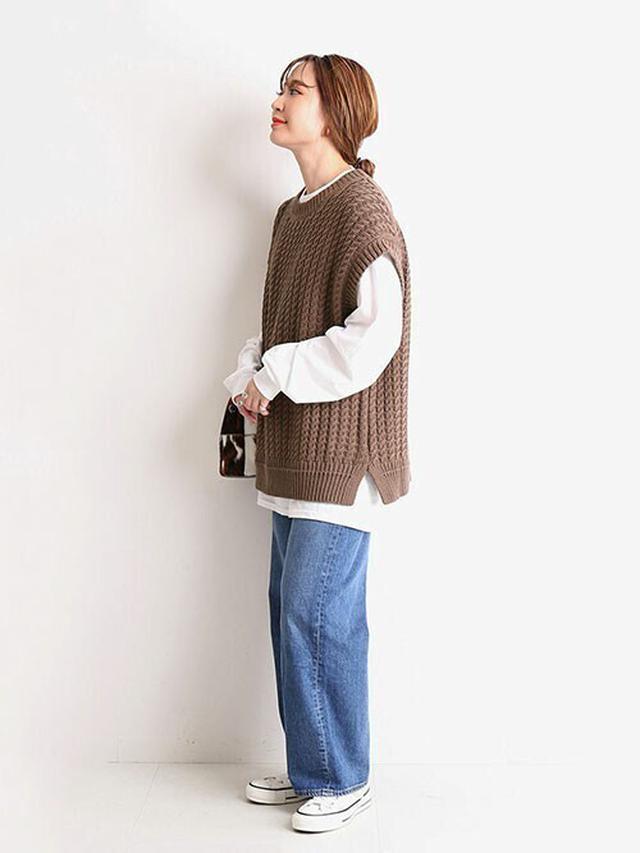 画像: 【SLOBE IENA】ジーンズ¥13,200(税込) ベスト¥8,800(税込) Tシャツ¥6,050(税込)