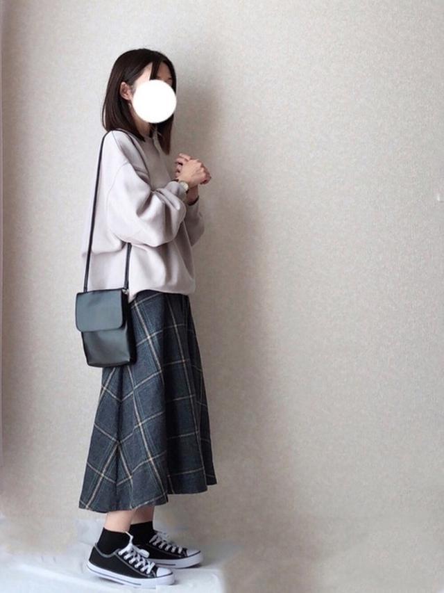 画像: 【GU】オーバーサイズスウェットプルオーバー¥2,189(税込)【UR'S】スカート平均価格¥4,000~【WEGO】バッグ平均価格¥1,000~ 出典:WEAR
