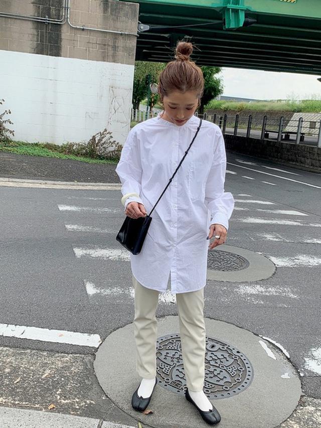 画像: 【niko and...】BIGスタンドシャツ2¥4,950(税込み)【ZARA】レザー風チノパンツ¥5,990(税込み) 出典:WEAR