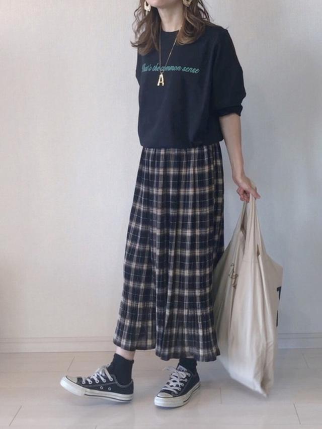 画像: 【DHOLIC】バックスリットプリントTシャツ¥3,421(税込み)プリーツチェックスカート¥2,970(税込み) 出典:WEAR
