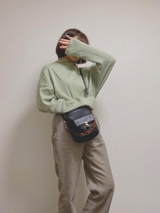 画像: 【RETORO GIRL】カットソー¥2,530(税込)パンツ¥4,290(税込)【参考商品】バッグ¥3,000(税込) 出典:WEAR