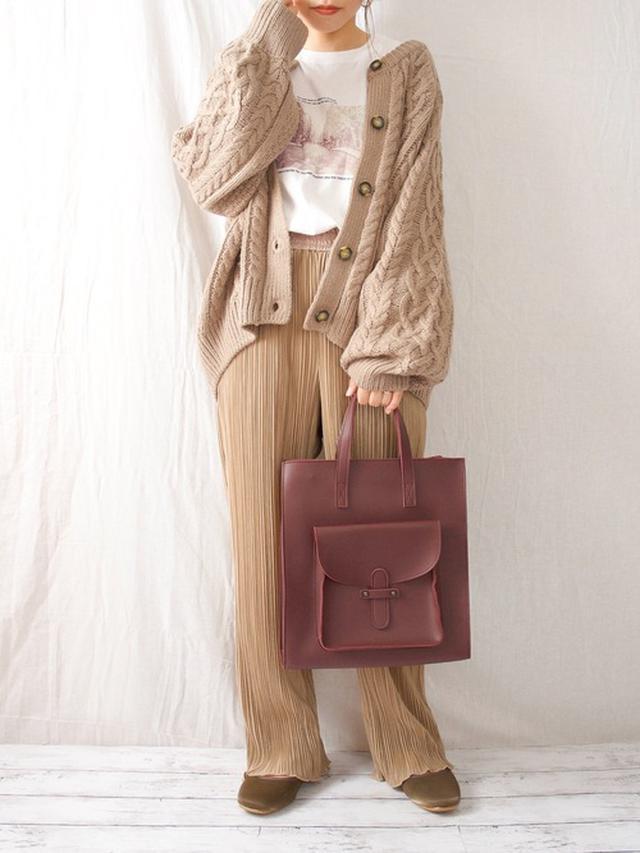 画像: 【GU】ケーブルコクーンカーディガン ¥2,738(税込) 【しまむら】パンツ平均価格 ¥2,000(税込) 【minia】外ポケトート ¥4,290(税込) 出典:WEAR