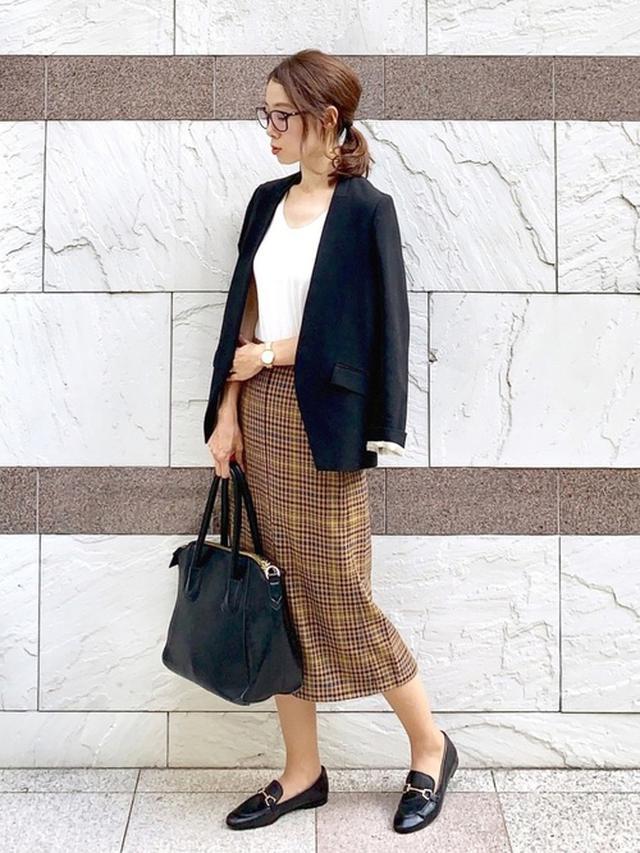 画像: 【GU】スカート平均価格 ¥2,000~ 【UNITED TOKYO】ノーカラージャケット ¥24,200(税込) 【florist】ヴィンテージ風大きめハンドバッグ ¥8,800(税込) 出典:WEAR