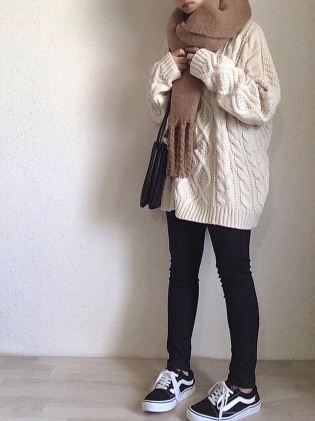 画像: 【GRL】ニット¥1,833(税込)【Auntie Rosa Holiday】マフラー¥2,420(税込)【GU】パンツ¥1,008(税込)【VANS】スニーカー¥7,150(税込) 出典:WEAR