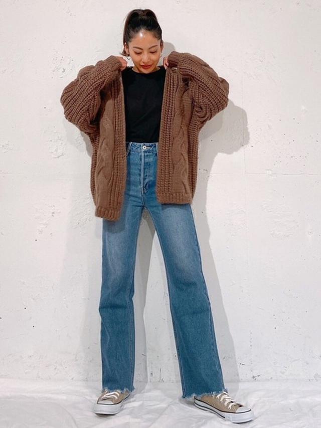 画像: 【Vicente】Cable knitカーディガン¥8,250(税込み)Vicente highwaist wide denim¥16,500(税込み) 出典:WEAR
