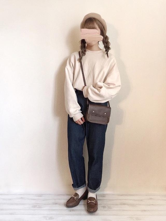 画像: 【ADOLESCENCE】ハイウエストストレートデニムパンツ ¥2,995(税込) 【GU】スウェット平均価格 ¥2,000~ 【GRL】ウールベレー帽 ¥814(税込) 出典:WEAR