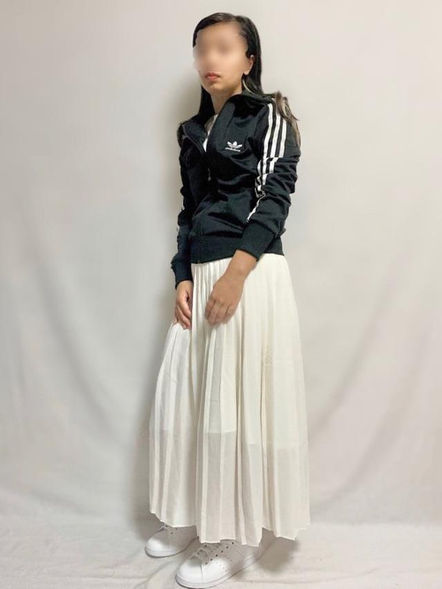 画像: 【ユニクロ】プリーツロングスカート ¥3,289(税込) 【adidas】トラックトップジャージ ¥11,000(税込) STAN SMITH ¥7,689(税込) 出典:WEAR