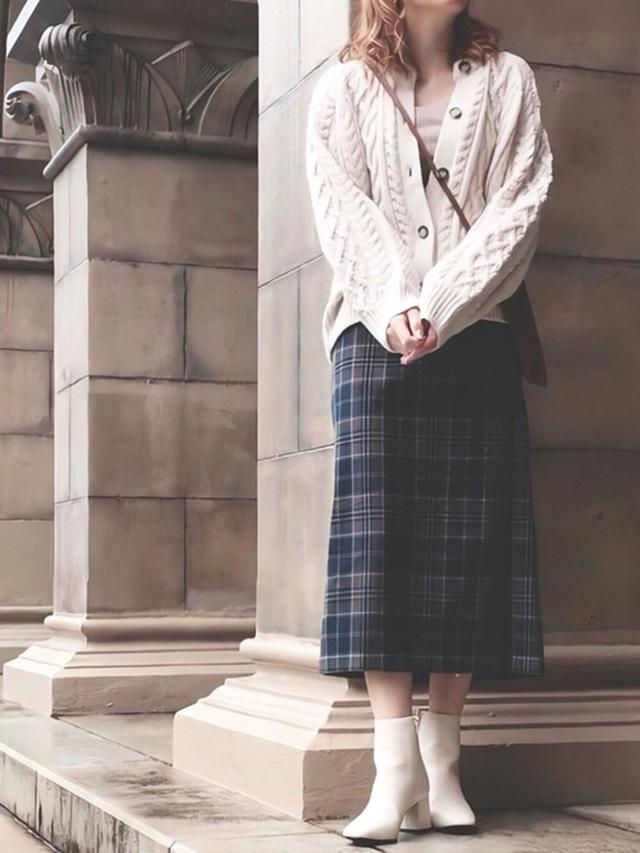 画像: 【GU】ブーツ平均価格 ¥3,000(税込) ケーブルコクーンカーディガン ¥2,739(税込) スカート平均価格 ¥2,000~ 【CLEA】スクエア ミニ ポシェット ¥2,200(税込) 出典:WEAR