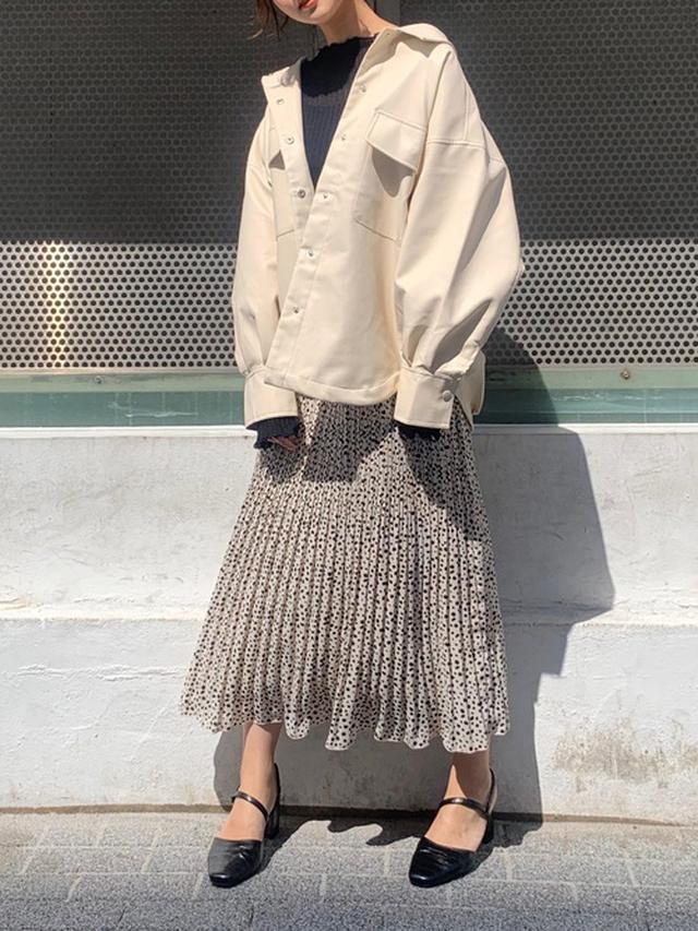 画像: 【Heather】フェイクレザーシャツジャケット ¥7,700(税込) シアーリブニット ¥4,950(税込) ガラプリーツロングスカート ¥5,500(税込) バックスリングパンプス ¥6,600(税込) 出典:WEAR