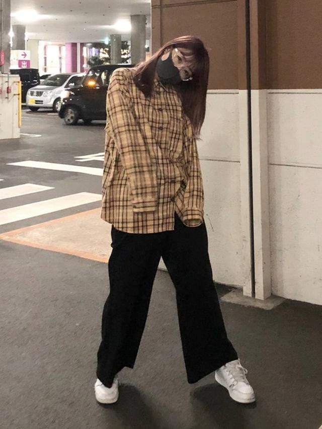 画像: 【H&M】シャツ¥1,799(税込)【GU】パンツ¥2,189(税込)【AIR JORDAN】スニーカー¥14,300(税込) 出典:WEAR