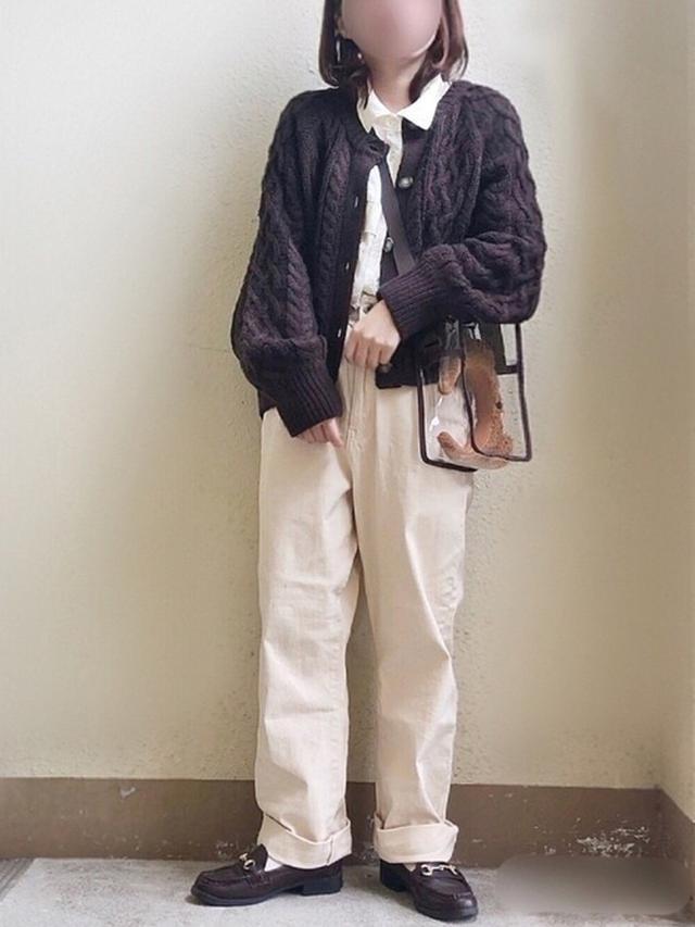 画像: 【GU】ケーブルコクーンカーディガン ¥2,739(税込) 【ems excite】ハイウエストストレートパンツ ¥2,750(税込) 【VANNIE U】シアーオーバーシャツ ¥2,750(税込) 【moi tytto】クリアサコッシュバッグ ¥3,630(税込) 出典:WEAR