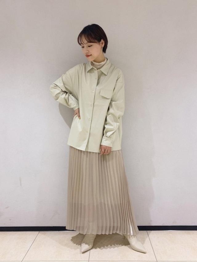 画像: 【LOWRYS FARM】エコレザーシャツ ¥5,500(税込) チュールタートル ¥3,300(税込) シアープリーツスカート ¥5,500(税込) ポインテッドシューティー ¥5,500(税込) 出典:WEAR
