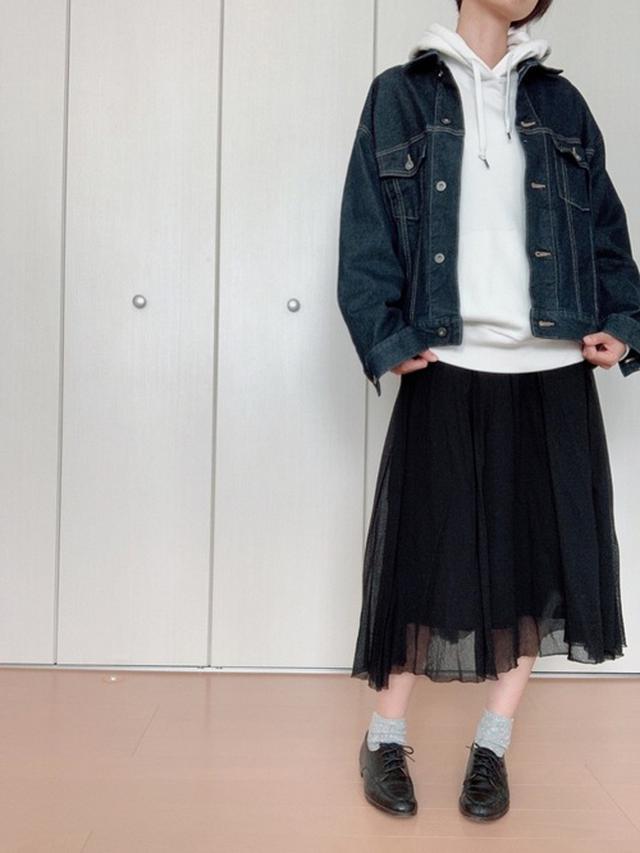 画像: 【UNIQLO】スウェットプルパーカ¥3,289(税込)ジャケット平均価格¥3,990~【参考商品】スカート【参考商品】ローファー 出典:WEAR