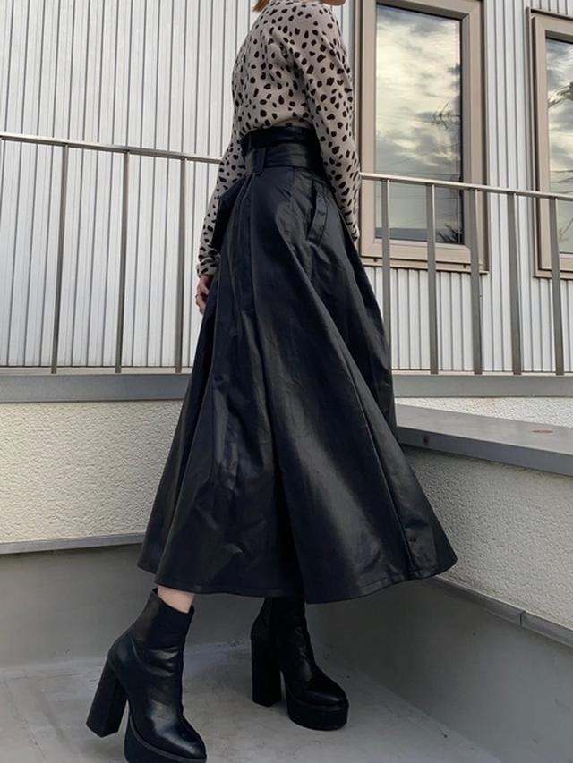 画像: 【AZUL BY MOUSSY】エコレザーハイウエストスカート¥6,589(税込み) 出典:WEAR