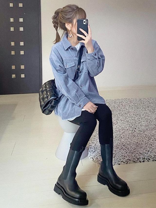 画像: 【ZARA】コーデュロイシャツジャケット¥5,990(税込)【Bottega Veneta】クロスボディバッグ$2,800 ブーツ平均価格$990~ 出典:WEAR