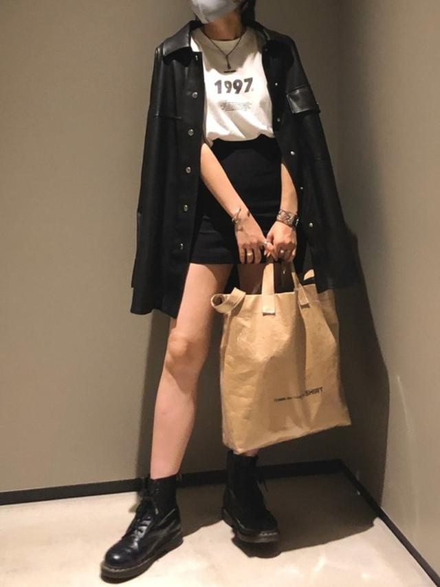 画像: 【ZARA】ジャケット平均価格¥6,990~【EMODA】スカートフィットラインミニスカート¥6,490(税込)【COMME des GARCONS】バッグ平均価格$560~【Dr.Martens】ブーツ¥26,400(税込)【参考商品】Tシャツ 出典:WEAR