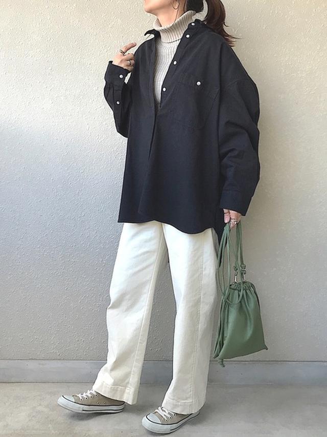 画像: 【UNIQLO】シャツ¥3,289(税込)【KOBE LETTUCE】パンツ¥2,990(税込)【CONVERSE】スニーカー¥7,150(税込) 出典:WEAR
