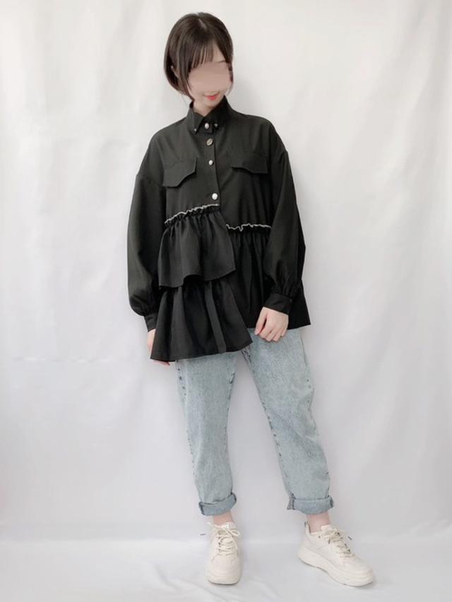 画像: 【ZARA】デニムパンツ¥2,990(税込)【Lamitte deco】ブラウス平均価格¥3,000~(税込) 出典:WEAR