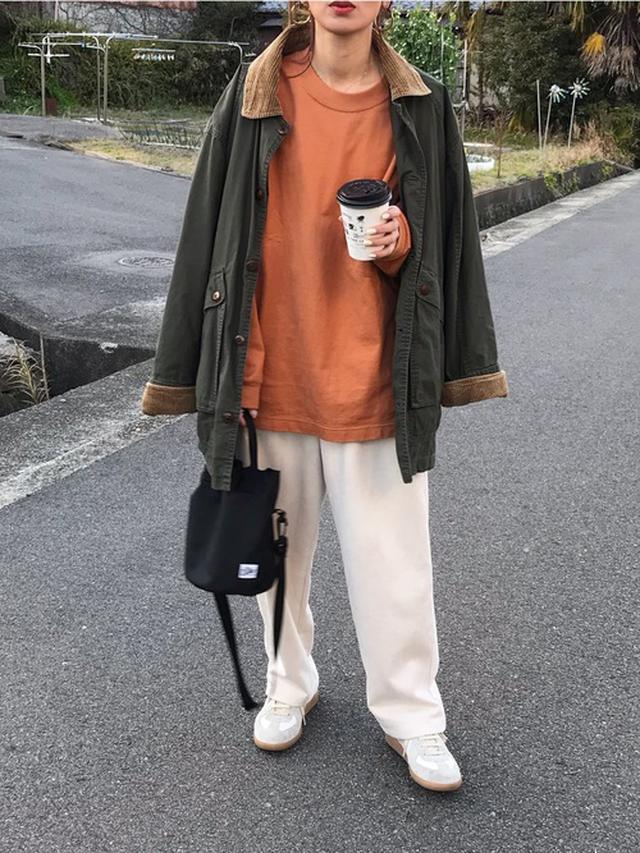 画像: 【UNIQLO】Tシャツ¥2,189(税込)【antiqua】パンツ¥5,170(税込)【Drifter】ショルダーバッグ¥3,850(税込) 出典:WEAR