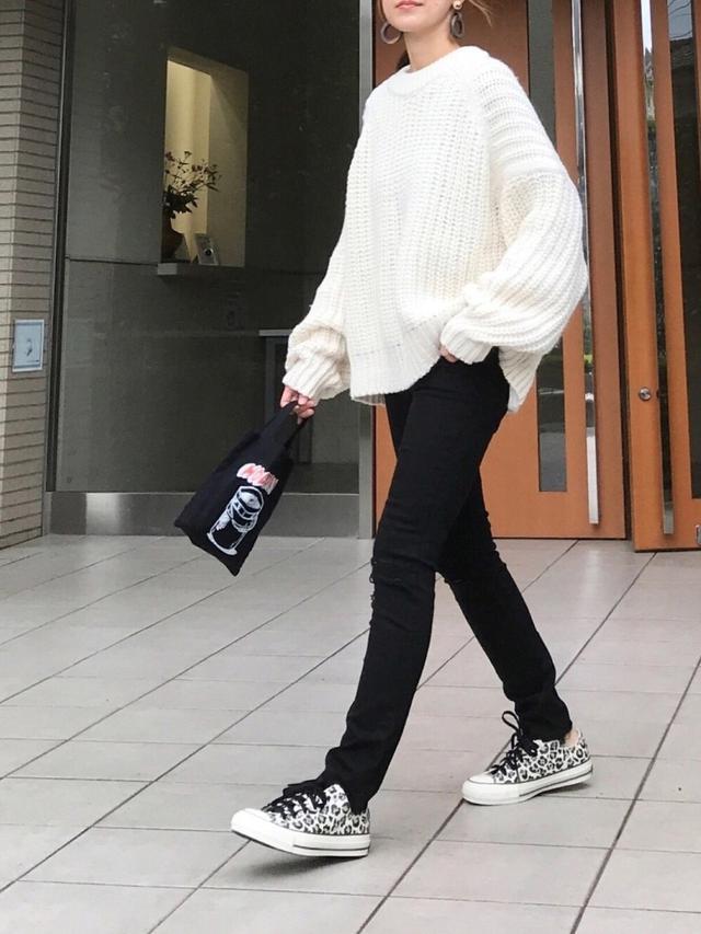 画像: 【H&M】セーター¥2,999(税込)【HOLIDAY】トートバッグ¥3,630(税込)【CONVERSE】スニーカー¥8,800(税込) 出典:WEAR