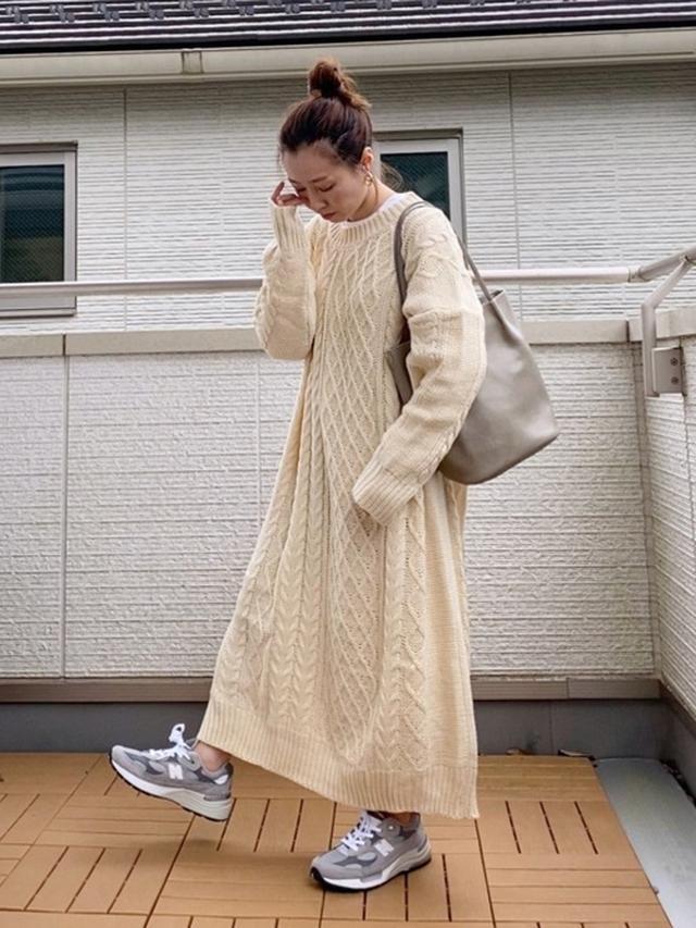 画像: 【Libra】ワンピース¥5,390(税込)【florist】トートバッグ¥8,128(税込)【New Balance】スニーカー¥31,900(税込) 出典:WEAR