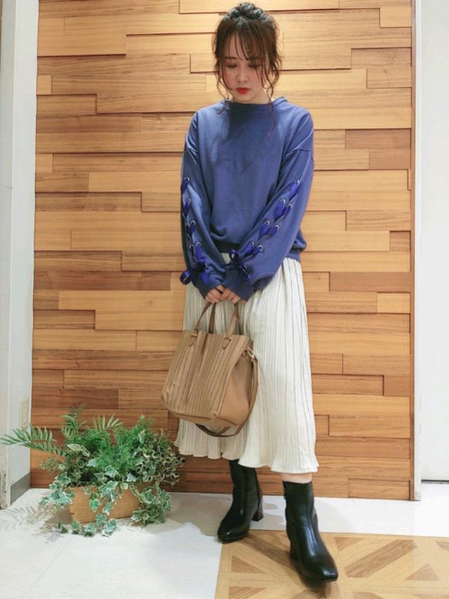 画像: 【Cutie Blonde】カットソー¥2,198(税込)【SHOO・LA・RUE】バッグ¥3,298(税込)スカート¥3,298(税込) 出典:WEAR
