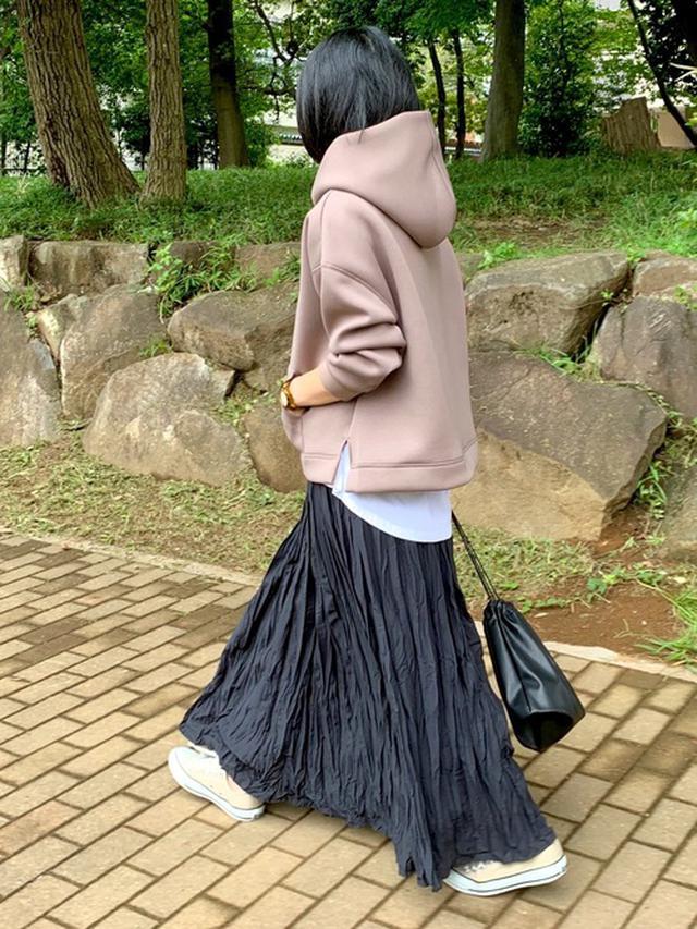 画像: 【ZARA】ホワイトTシャツ 参考価格¥1,990~【rectangle】パーカー ¥3,990(税込)【BACK NUMBER】スカート ¥4,290(税込) 出典:WEAR