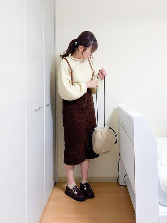 画像: 【ADOLESCENCE】ニット¥2,475(税込)【niko and...】バッグ¥3,190(税込)【Honenys】スカート¥2,280(税込) 出典:WEAR