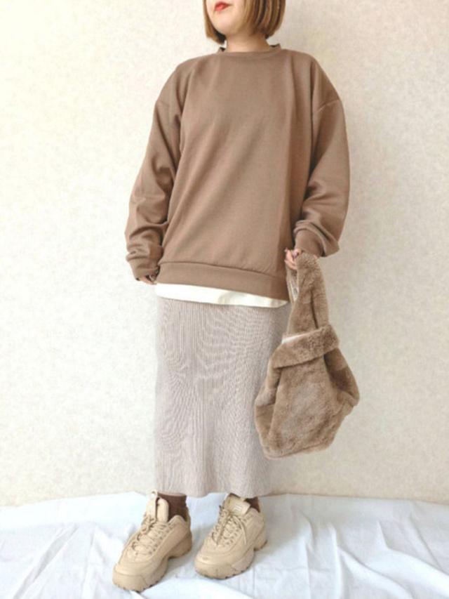 画像: 【coca】スカート¥1,529(税込)【FILA】スニーカー¥11,000【GU】スウェット¥2,189(税込) 出典:WEAR
