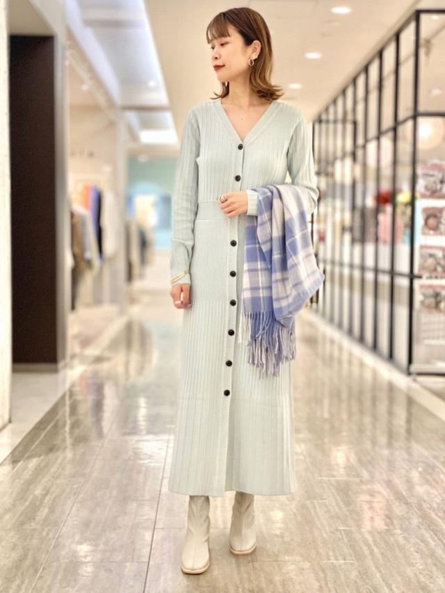 画像: 【SENSE OF PLACE by URBAN RESEARCH】ニットワンピース¥6,490(税込)【SENSE OF PLACE by URBAN RESEARCH】ブーツ¥5,390(税込)【SENSE OF PLACE by URBAN RESEARCH】ストール¥4,290(税込) 出典:WEAR