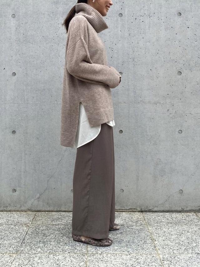 画像: 【crie conforto】ポンチョ風チュニックニット¥8,800(税込み)パウダーサテンワイドパンツ¥8,800 (税込み) 出典:WEAR