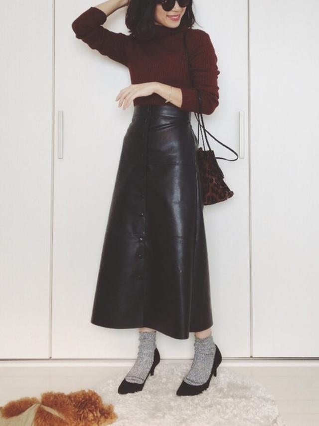 画像: 【TODAYFUL】ニット¥8,800(税込)【DHOLIC】スカート平均価格¥3,000~【LEPSIM】ショルダーバッグ¥3,850(税込) 出典:WEAR