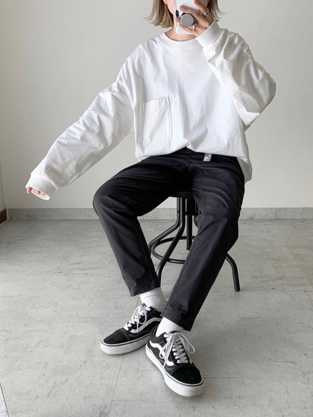 画像: 【UNIQLO】Tシャツ¥2,189(税込)【VANS】スニーカー¥7,700(税込)【New Balance】バンツ¥8,690(税込) 出典:WEAR