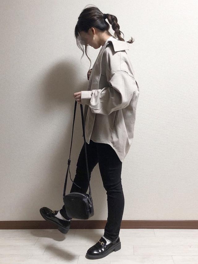 画像: 【GU】cpoジャケット クルーネックTシャツ【しまむら】美楽ゼーション スキニーレギンスパンツ¥1,935(税込み)【agnes b.】 ミニショルダーバッグ¥29,700(税込み) 出典:WEAR