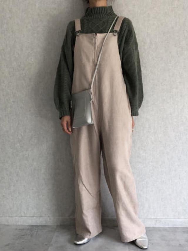 画像: 【An3pocket】ニット¥2,970(税込)【copine】サロペット¥4,290(税込)バッグ¥2,750(税込) 出典:WEAR