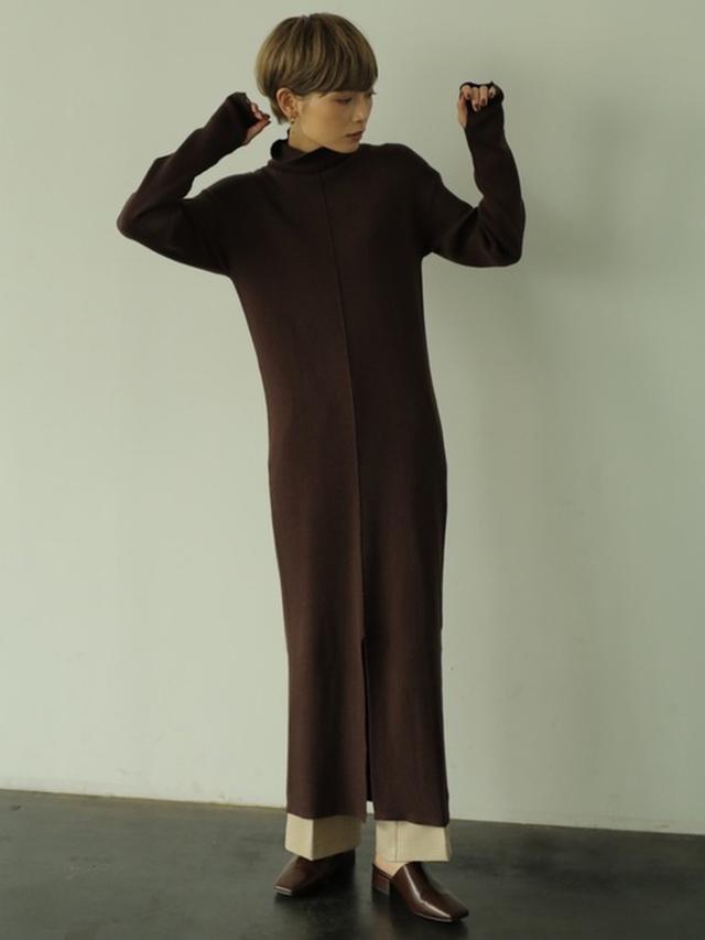 画像: 【rem closet】タートルネックリンキングワンピース¥8,800(税込み)センタープレスフレアパンツ¥7,700(税込み) 出典:WEAR