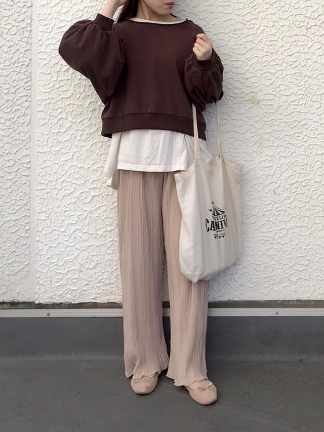 画像: 【Crisp】プリーツフリルパンツ ¥5,940(税込) カットオフショートスウェット ¥6,050(税込) 出典:WEAR