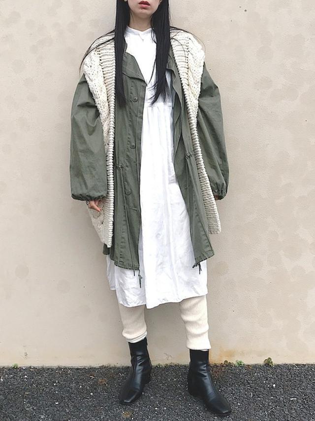 画像: 【TODAYFUL】ミリタリーガスコート¥24,200(税込み)【siiwa】ハイカウントリネンタックワンピース¥19,800(税込み) 出典:WEAR