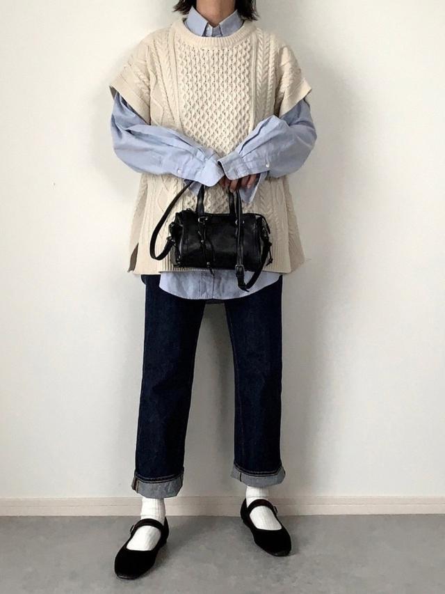 画像: 【GU】ベスト¥2,189(税込)デニム平均価格¥3,000〜5,000(税込)【ZARA】バッグ平均価格¥4,000〜8,000(税込)【POLO RALPH LAUREN】シャツ平均価格¥10,000〜20,000(税込) 出典:WEAR
