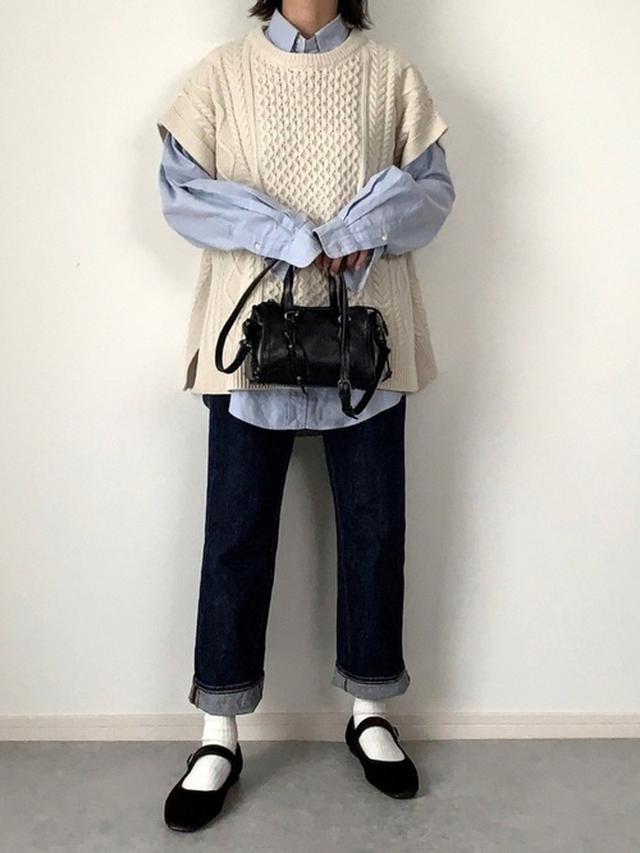 画像: 【GU】ケーブルニットベスト ¥2,189(税込) ハイウエストストレートジーンズ ¥2,739(税込) 出典:WEAR