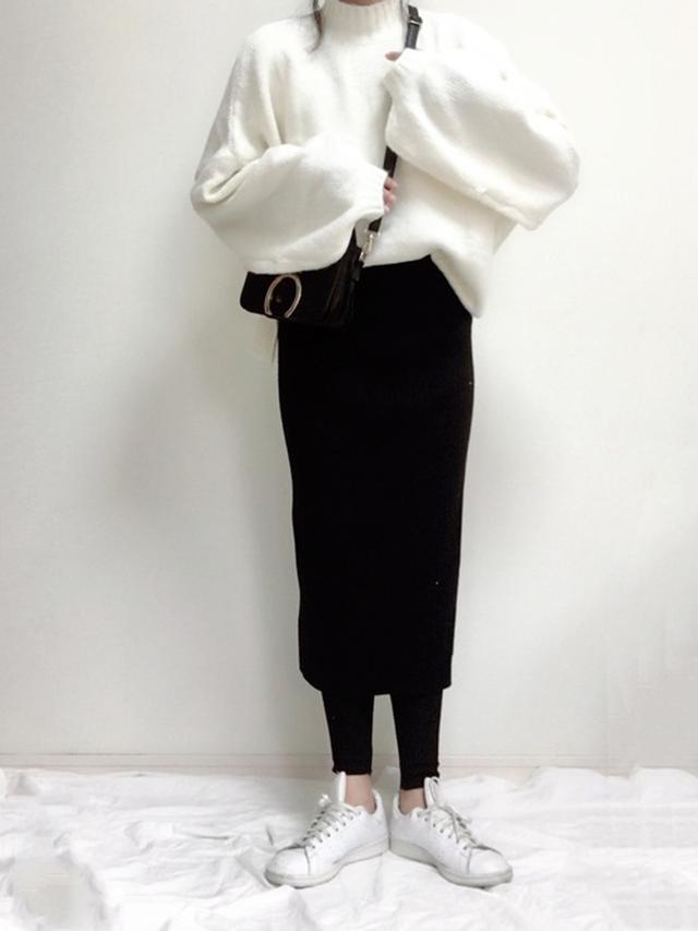 画像: 【CORNERS】プルオーバー¥4,950(税込)【UNIQLO】スカート¥3,289(税込)【adidas】スニーカー¥9,790(税込) 出典:WEAR