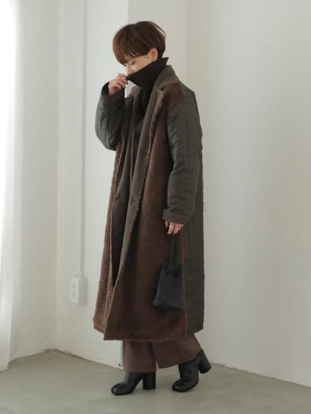 画像: 【rem closet】リバーシブルボアロングコート¥24,200(税込み)センタープレスフレアパンツ¥7,700(税込み)【Maison Margiela】「タビ」ブーツ¥143,000(税込み) 出典:WEAR